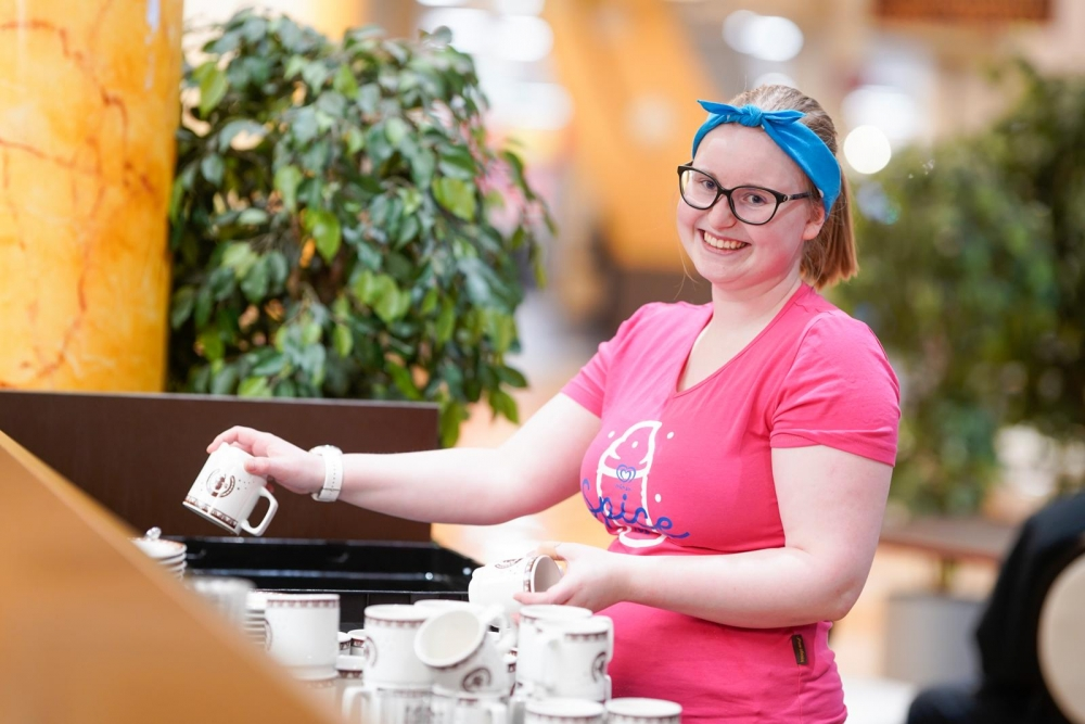 Emilia Koivumäki nauttii kahvilatyössä eniten kohtaamisista asikkaiden kanssa. Kuva: Timo Aalto