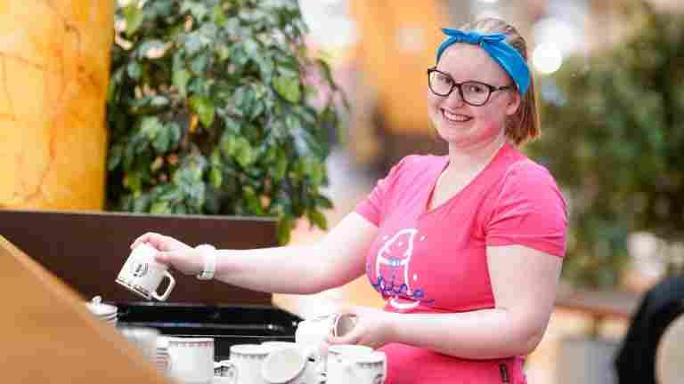 Kahvilatyöntekijä Emilia Koivumäki: