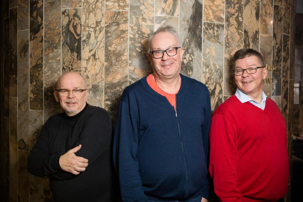 Samuli Miettinen (vas.), Kimmo Vanhala ja Timo Neuvonen ovat olleet neuvottelemassa osastojensa yhdistymisestä. Kuva: Eeva Anundi