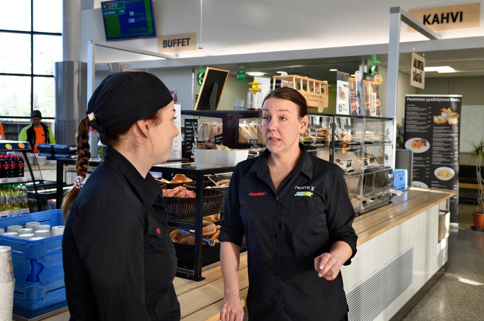 Förtroendemannen för Linnatuuli Elise Jarho pratar med sin arbetskamrat Beeda Forsström. Foto: Harri Nurminen