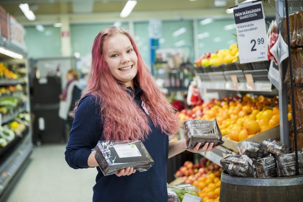 Erilaisia palvelualan töitä kokeiltuaan Cassandra Granqvist työskentelee nyt myyjänä saaristossa. Hänen työpäivänsä ruokakaupassa ovat monipuolisia, ja parasta hänen työssään ovat päivittäiset kohtaamiset asiakkaiden kanssa. Kuva: Vesa-Matti Väärä