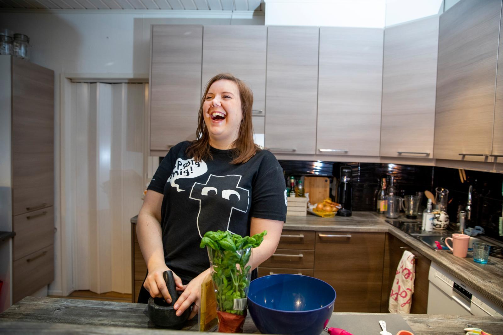 """""""Kun ruokakaupassa nenään tulvahtaa tuoreen basilikan tuoksu, sitä on pakko ostaa"""", Iina kertoo. Kuva: Marja Seppälä"""