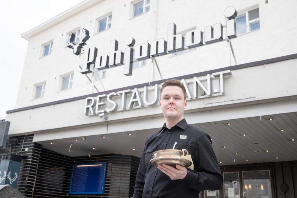 Cumulus-kyltti otettiin pois Pohjanhovista ja 34 muusta Cumulus-hotellista. Yrityskauppa muutti myös vuoropäällikkö Mika Soikkelin työtä.  Kuva: Kaisa Sirén