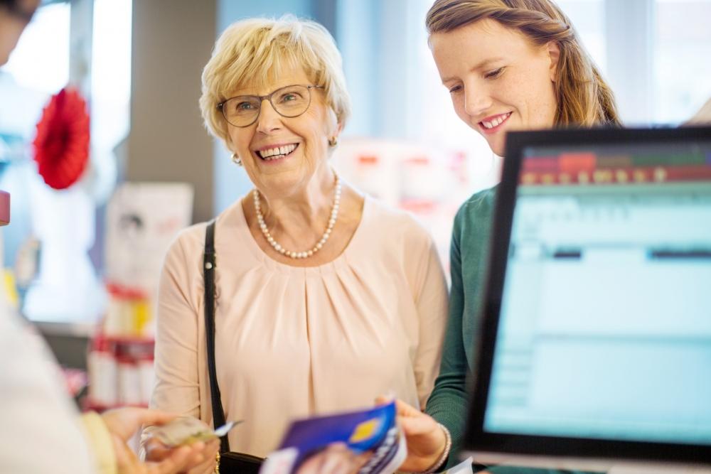 Personer med minnessjukdomar kan ha svårt att uppfatta värdet på pengar eller använda ett bankkort. Bild: GettyImages.