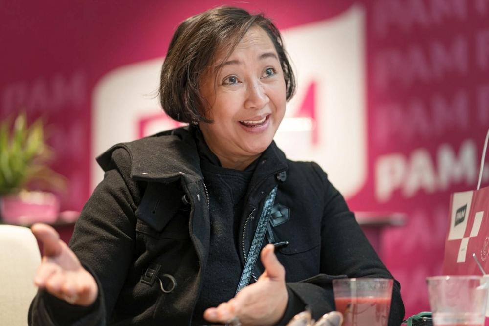 Ma Lynn Rangel-Mustonen myy lentoasemalla kosmetiikkaa ja muita tuotteita. Kuva: Jukka Rapo