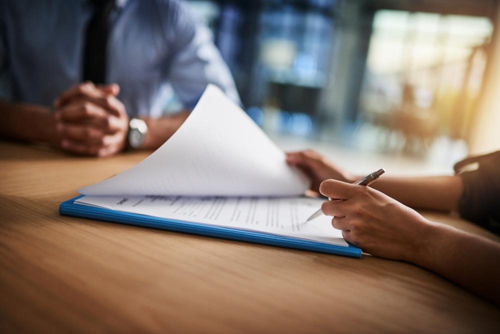 Perehdy työsopimukseen tarkasti ennen allekirjoitusta. Tarkista siitä ainakin palkka, työaika sekä työsuhteen pituus ja mahdollinen koeaika.  Kuva:Gettyimages