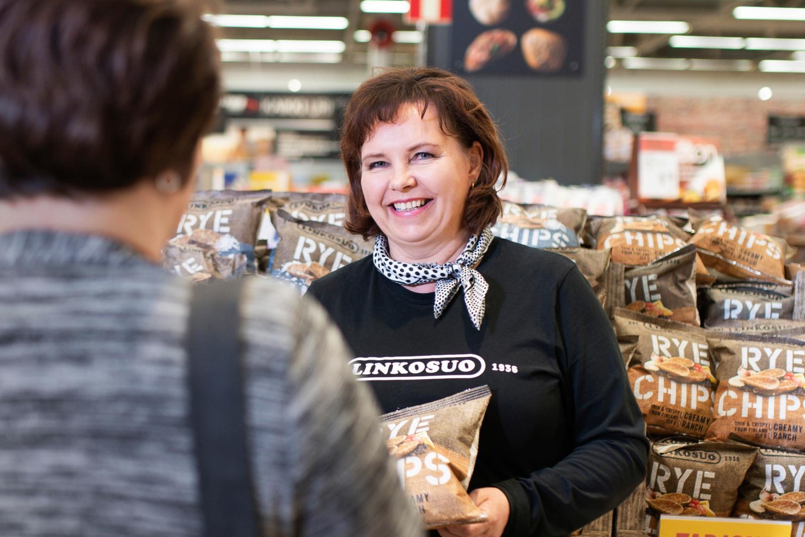 Viikon toisen tuote-esittely tapahtuu leipomoyrityksen toimeksiannosta Jyväskylän Palokan citymarketissa. Kuva: Tiina Salminen