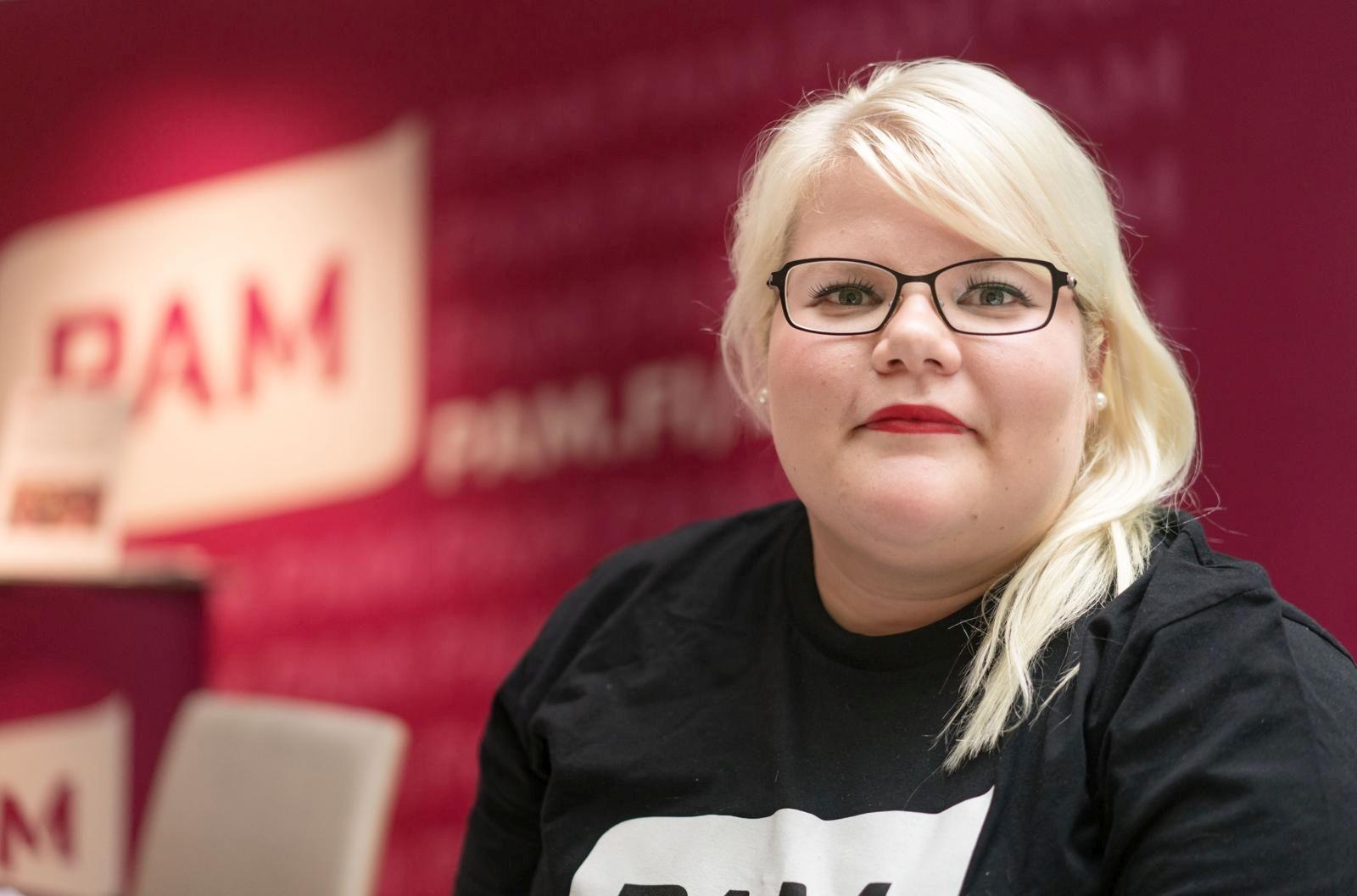 PAMin projektityöntekijä Niina Ruutinen kertoo, että eri palvelutyöntekijöiden ja luottamusmiesten yhteinen tapaaminen järjestettiin Helsinki-Vantaalla nyt ensimmäistä kertaa. Kuva: Jukka Rapo