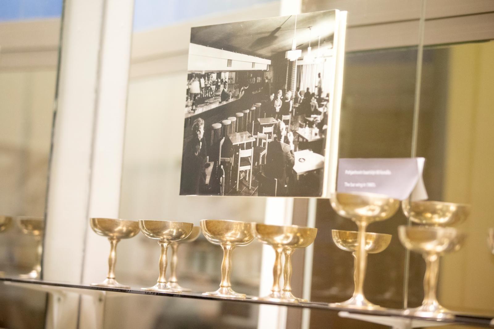 Hotelli Pohjanhovin pitkä historia on esillä vitriinissä hotellin käytävällä. Kuva: Kaisa Sirén
