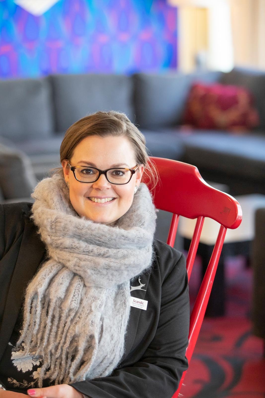 Hotellinjohtaja Sanna Sandgren kertoo, että Pohjanhovissa on ympärivuotisesti työssä parikymmentä henkilöä, huippusesonkina viitisenkymmentä. Lisänä ovat SOL Palveluiden kerroshoitajat. Kuva: Kaisa Sirén