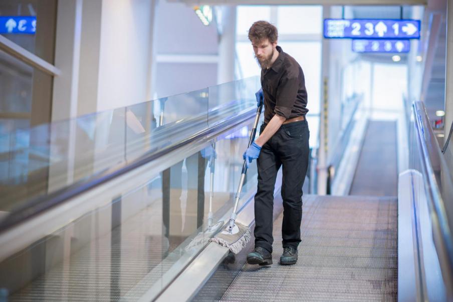 """""""Siivouspalvelua tilaavan asiakkaan pitäisi ajatella halvan hinnan sijaan työntekijöiden oloja"""", sanoo SOL Palveluiden Etelä-Suomen alueen varapääluottamusmies Arvo Mäkilä."""