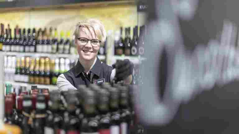 """""""Det är bra och stimulerande att kunna arbeta i flera butiker"""", säger nya PAM-medlemmen Susanna Lätti"""