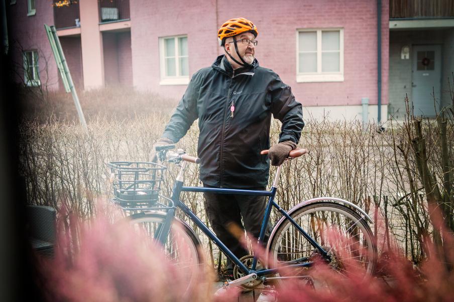 Jari Koskisen mukaan pyöräily on toiminut terapiana, mutta pelkkä metsän haistelu reitin varrella ei ole yksin riittänyt uupumuksesta toipumisessa. Kuva: Eeva Anundi