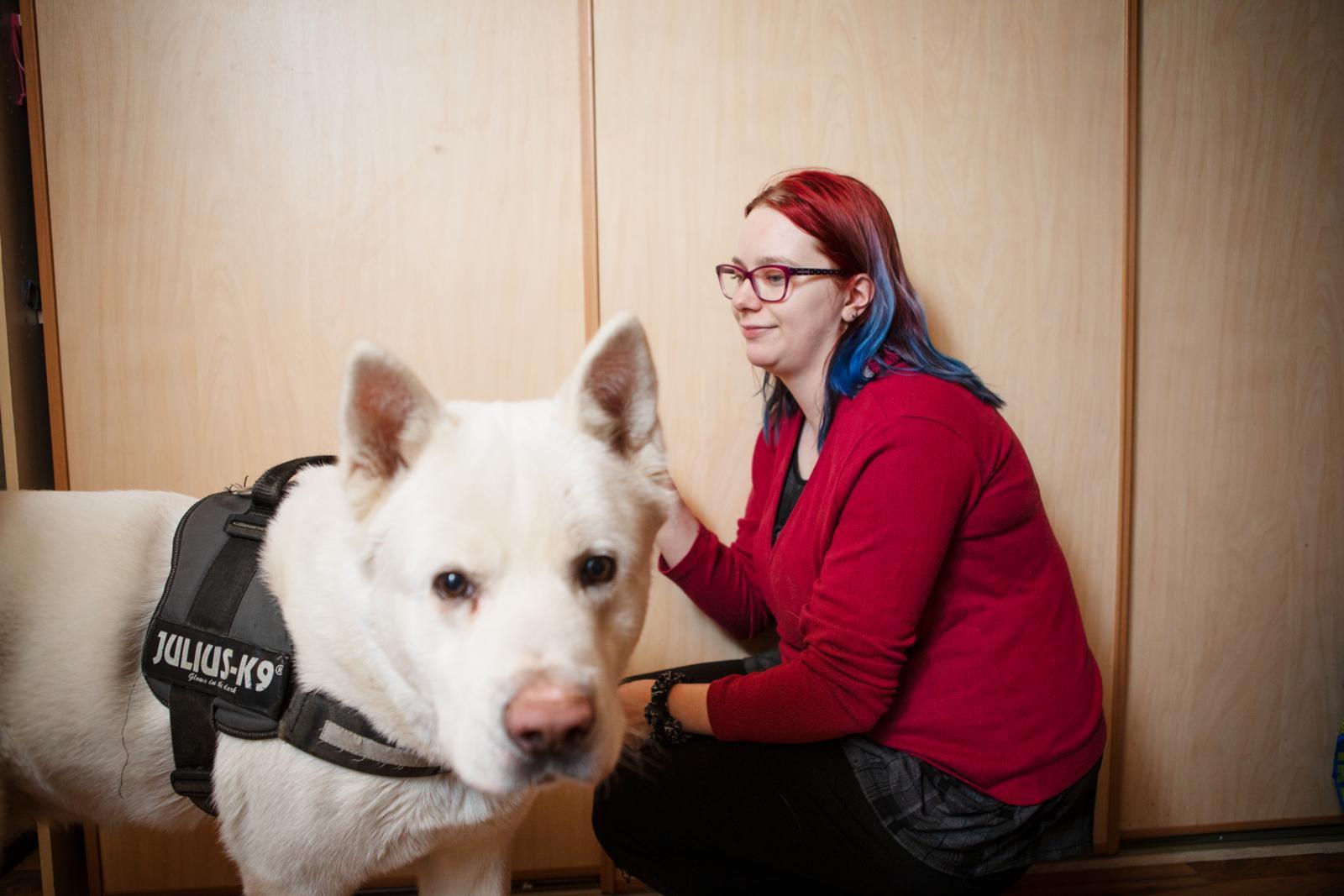 Krista Hattunen jakaa koiransa, amerikanakita Aran, ulkoilutusvuoroja veljensä kanssa. Kuva: Eeva Anundi
