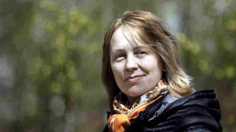 Lääketyöntekijä Elena Silina viihtyy monipuolisissa työtehtävissä apteekin logistiikassa