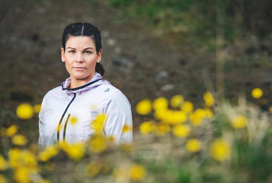 Vapaa-ajalla Sanna Köykkä ammentaa voimaa metsästä ja juoksemisesta. Myös kaksi teini-ikäistä lasta etäkouluineen auttavat viemään ajatuksia pois töistä. Kuva: Lauro Rotko