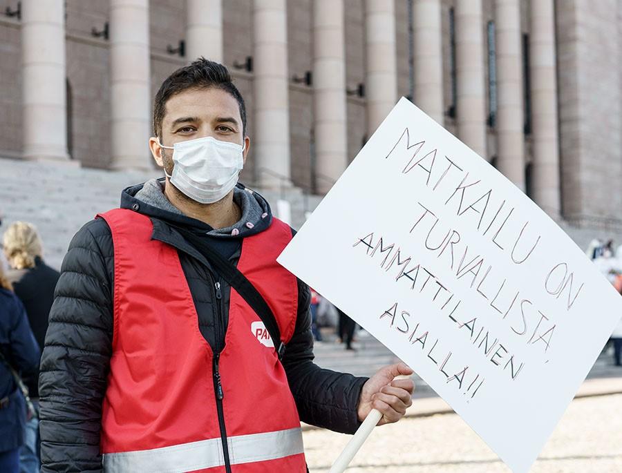 Hotellityöntekijä Roberto Barbato haluaa, että hallitus purkaa matkailun rajoitteet. Kuva: Jukka Rapo