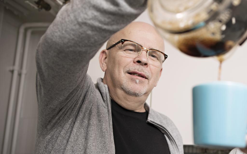 Sokotelin työsuojeluvaltuutettu Samuli Miettinen viettää kahvihetkiä nykyään myös verkossa. Kuva: Eeva Anundi