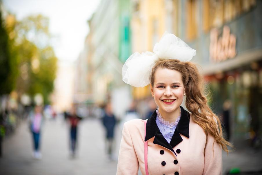 Ina Mikkola vill ändra på saker och ting, men vill inte bli överväldigad av bördan att försöka påverka. Hennes söta rosett påminner oss också om detta. Bild: Eeva Anundi