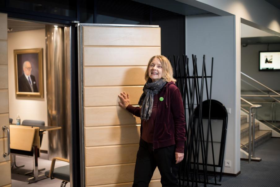 Leena Lipiäinen-Medjeral är fullmäktigeledamot i Villmanstrand. Hon fotograferades i en mötesmiljö på Villmanstrands stadshus Foto: Arttu Muukkonen