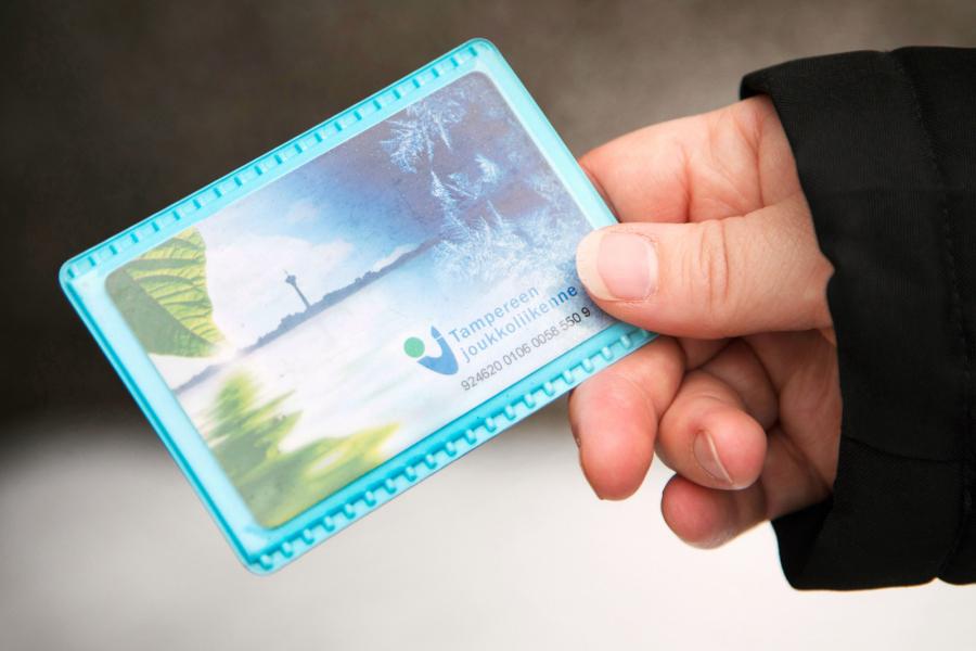 Joukkoliikenteen matkakortilla uimahallilipun voi ostaa Tampereella edullisemmalla hinnalla. Kuva: Annina Mannila