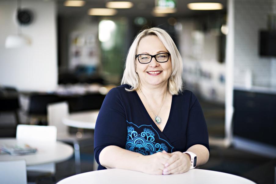 """""""Palvelualoilla on vaikea saada asiakkailta jälkikäteen tietoa koronan altistamisista"""", toteaa PAMin työympäristöasiantuntija Erika Kähärä. Kuva: Eeva Anundi"""