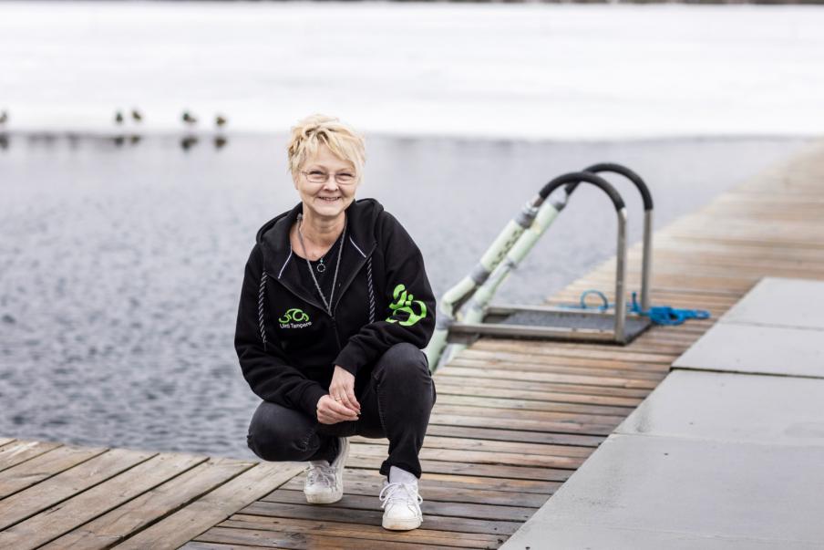 Sirpa Airaksinen, som utbildat sig för caféarbete, säljer biljetter, kaffe och korv till bastubadare i kiosken vid Kaukajärven Sauna. Hon tvättar också basturna. Bild: Marianne Malkamäki