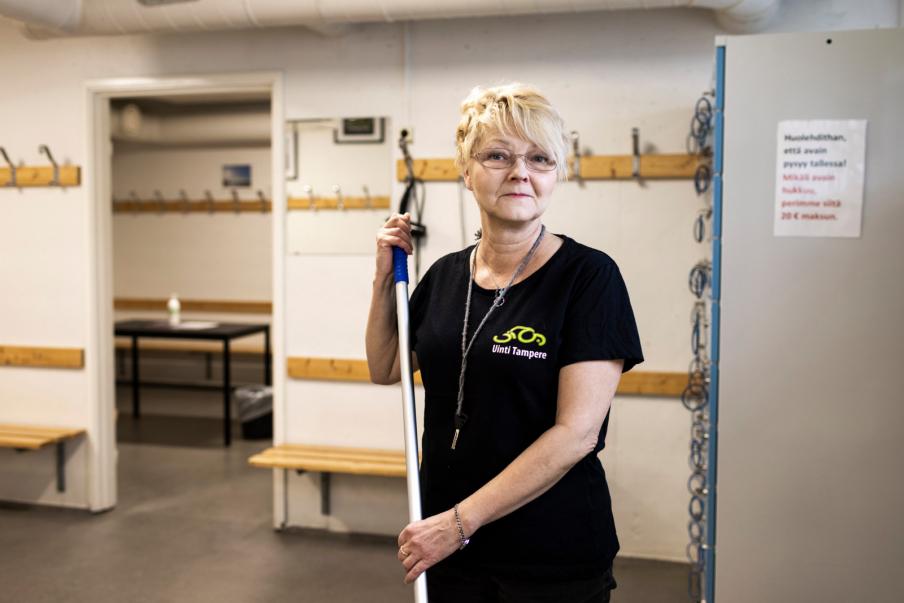 Kahvilatyöhön kouluttautunut Sirpa Airaksinen myy Kaukajärven Saunan kioskilla saunojille liput, kahvit ja makkarat. Hän myös pesee saunat. Kuva: Marianne Malkamäki