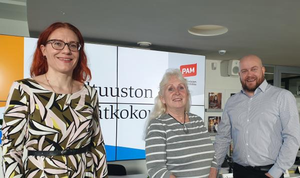 PAMin puheenjohtaja Annika Rönni-Sällinen sekä valtuuston puheenjohtajat Sirpa Laakso ja Sami Viitasaari.