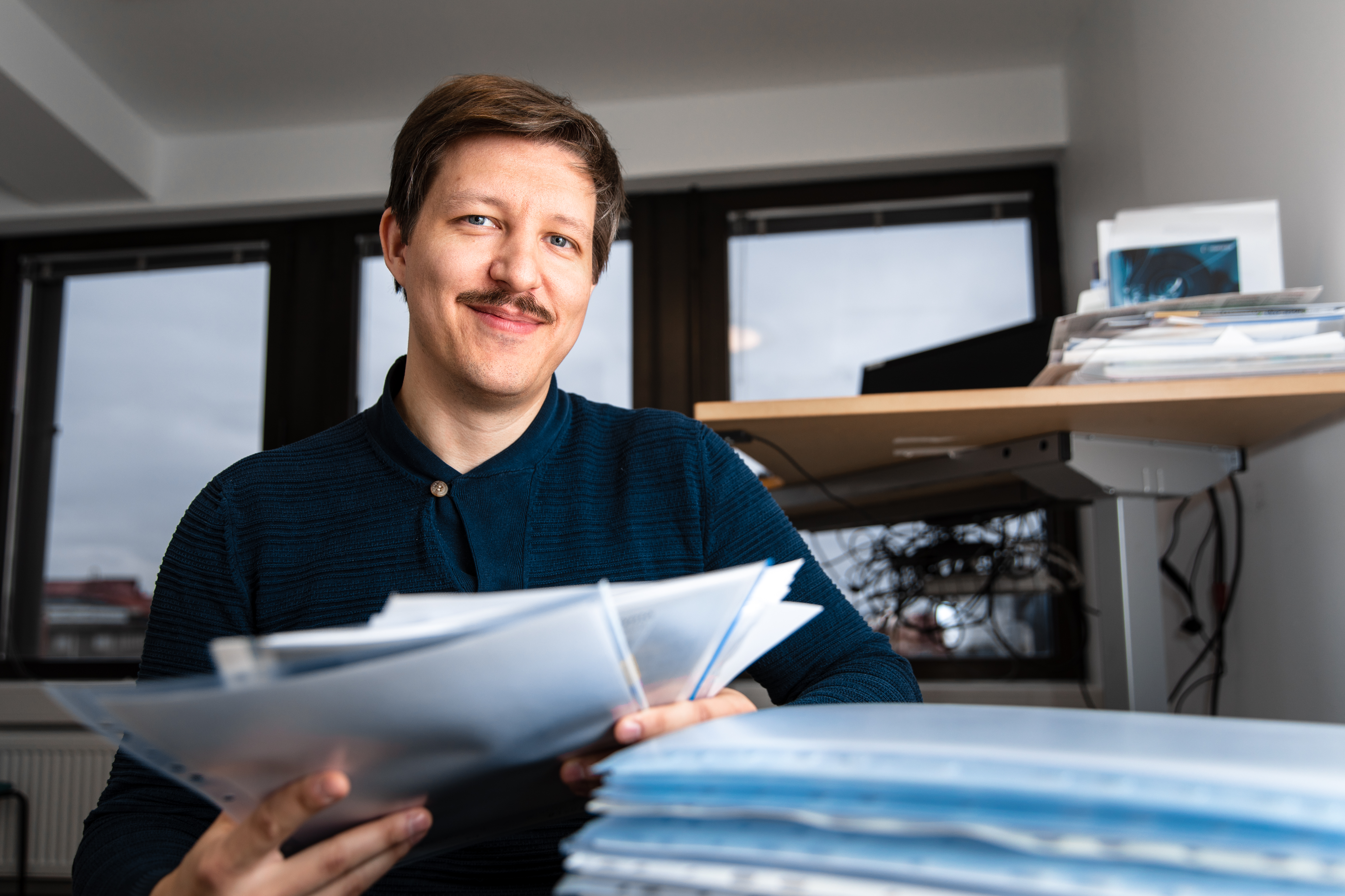 Kahvilatyöntekijän tapaus päätyi toimitsija Toni Åmanin pöydälle yhtenä monista tapauksista. Kuva: Emilia Anundi