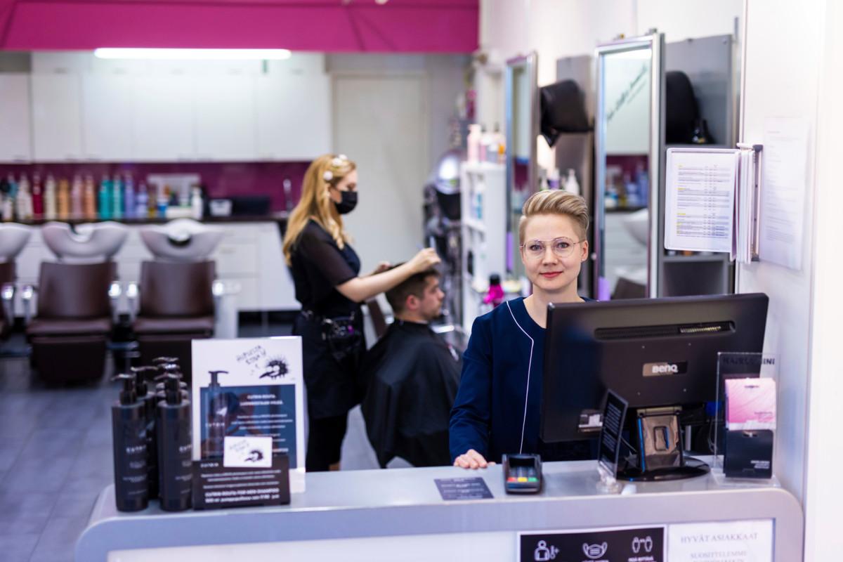 Parturi-kampaaja Jenna Murisojan työhön kuuluu niin hiusten leikkaamisen lisäksi niin vaikka pesu kuin värjäys. Hairlekiinin (Tormenta Oy) henkilöstöpäällikkö Tiina Hakkarainen (oik.)  pohtii, että nykyinen tilanne työehdoissa tuo epäselvyyttä niin yrityksille kuin työntekijöille. Kuva: Akseli Muraja