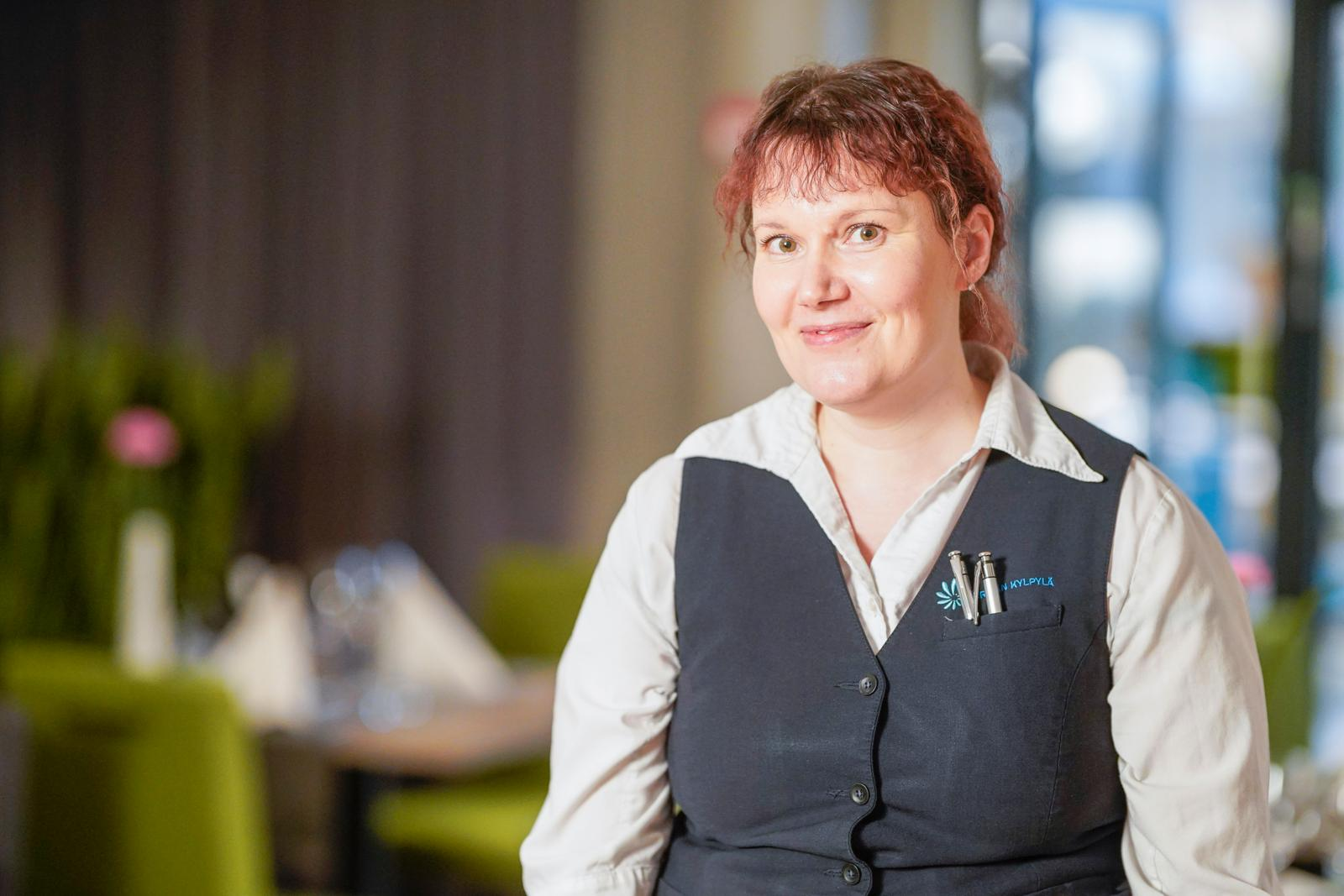 Sonja Hollanti tekee usein kaksi vuoroa peräjälkeen. Vuorojen välisellä tauolla hän saattaa ottaa päiväunet tai tehdä hikitreenin kännykän urheilusovelluksen avulla. Kuva: Timo Aalto