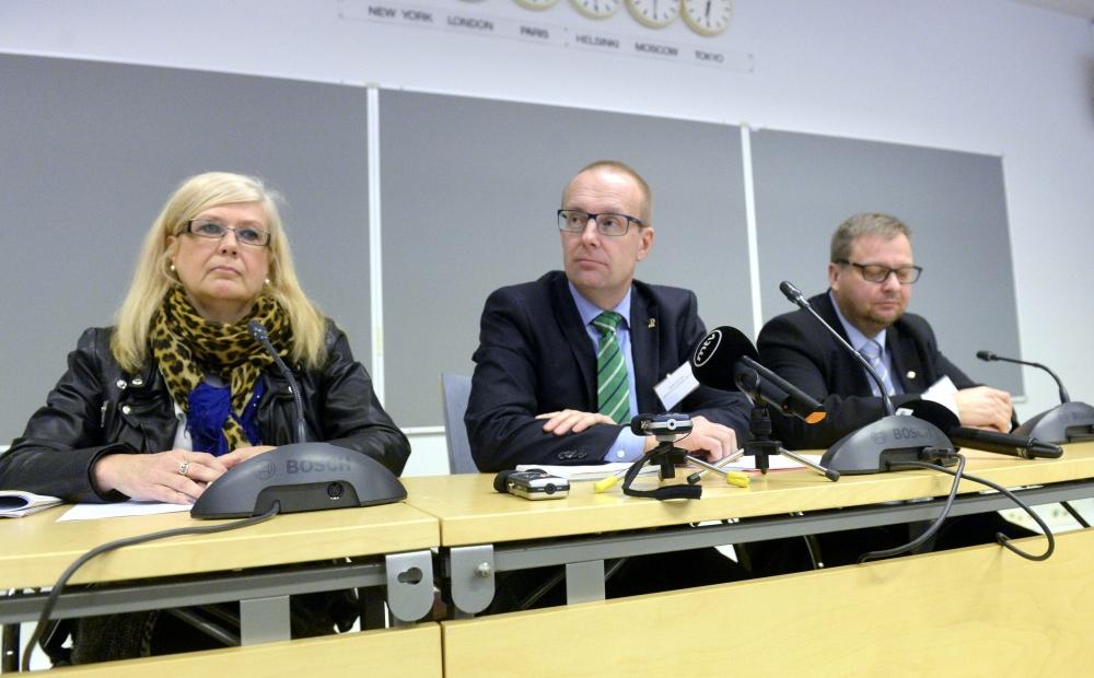 Kokousta johtivat puheenjohtajat Liisa Halme Vakuutusväen Liitosta, Jarkko Eloranta JHL:sta ja Pertti Porokari Insinööriliitosta. Kuva: STT-Lehtikuva