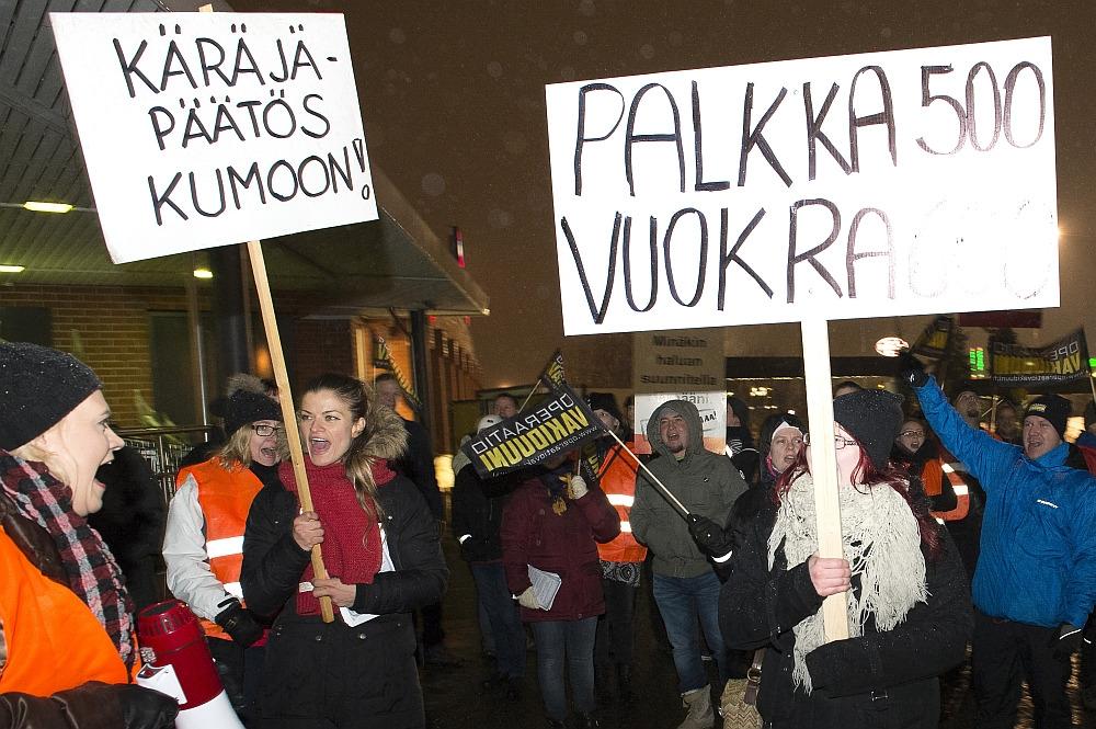 Tampereella puolustettiin Tuija Hanhisalon ja toisen työntekijän oikeutta lisätyöhön joulukuussa 2014. Kuva: Ari Korkala