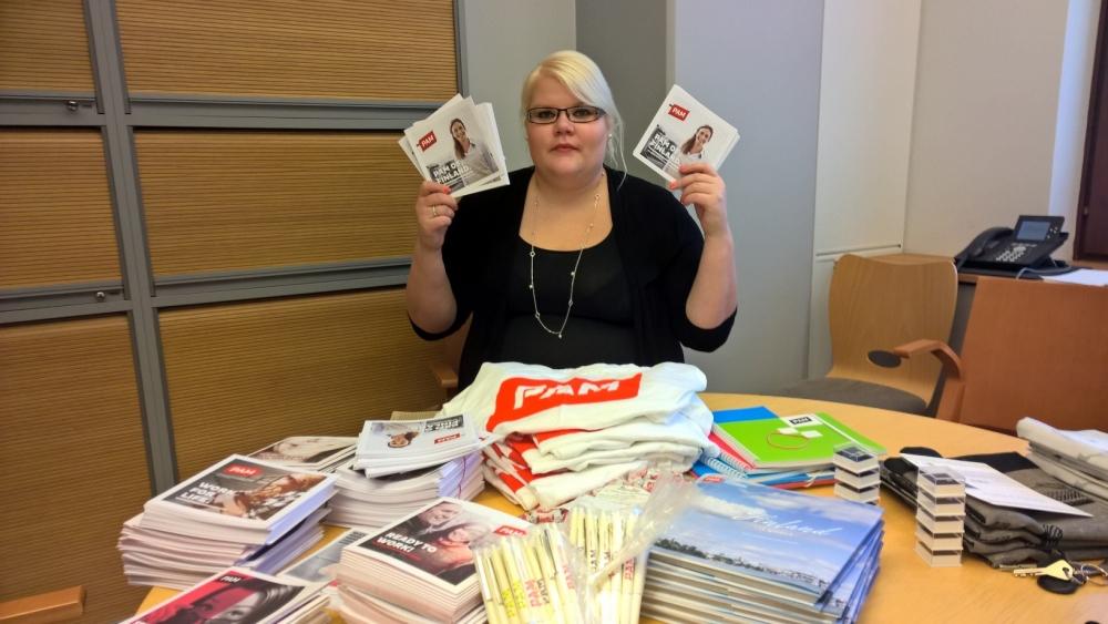 Sokotelin pääluottamusmies Niina Ruutinen pähkäili, mihin matkalaukkuun PAMin materiaalit mahtuisivat. Kuva: Matias Manner