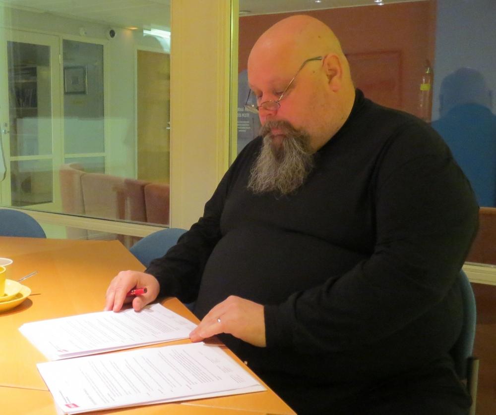 Turvan puheenjohtaja Markku Sojakka allekirjoitti liittymispaperit 25. marraskuuta.