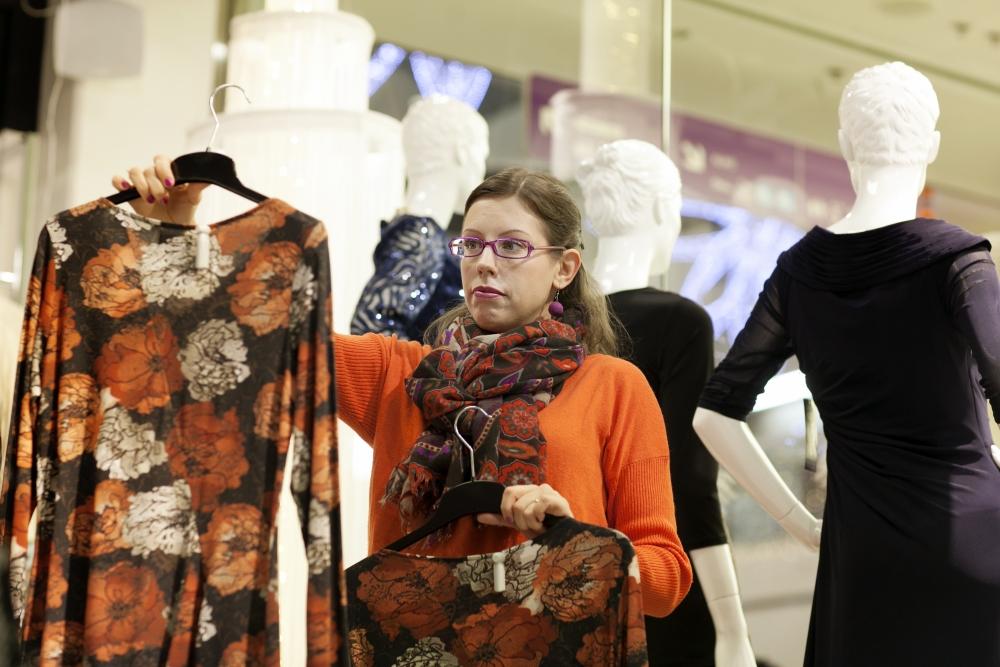 Vaatemyyjä Taru-Irene Ipatti kaipaa lisää tietoa myymiensä vaatteiden alkuperästä. Kuva: Annika Rauhala