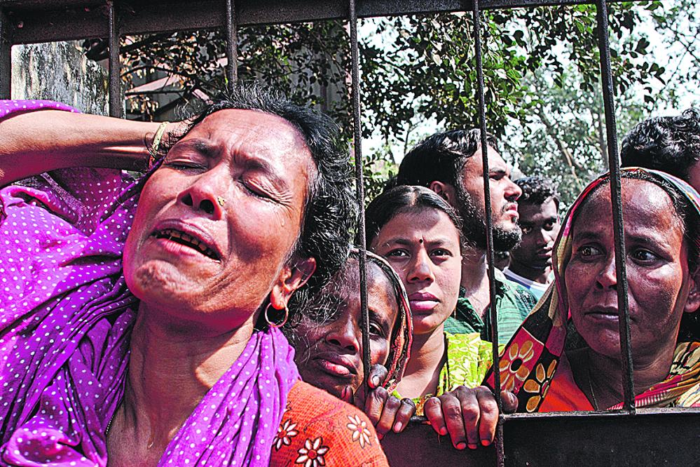 Bangladeshin tekstiiliteollisuus on ollut tuskien taival. Omaiset surivat kuolleitaan helmikuussa 2010 Garib&Garibin tehtaan tulipalon jälkeen. Kuva: Taslima Akhter