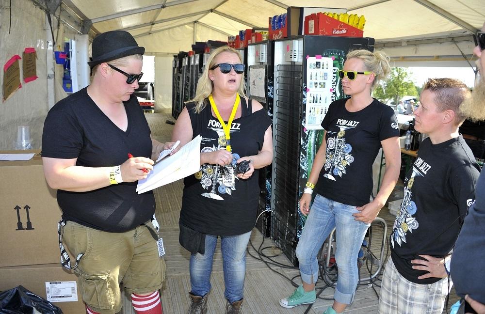 Nina Hartikainen (toinen vasemmalta) päivittää toisen festivaalipäivän tilannetta. Kuva: Juha Sinisalo