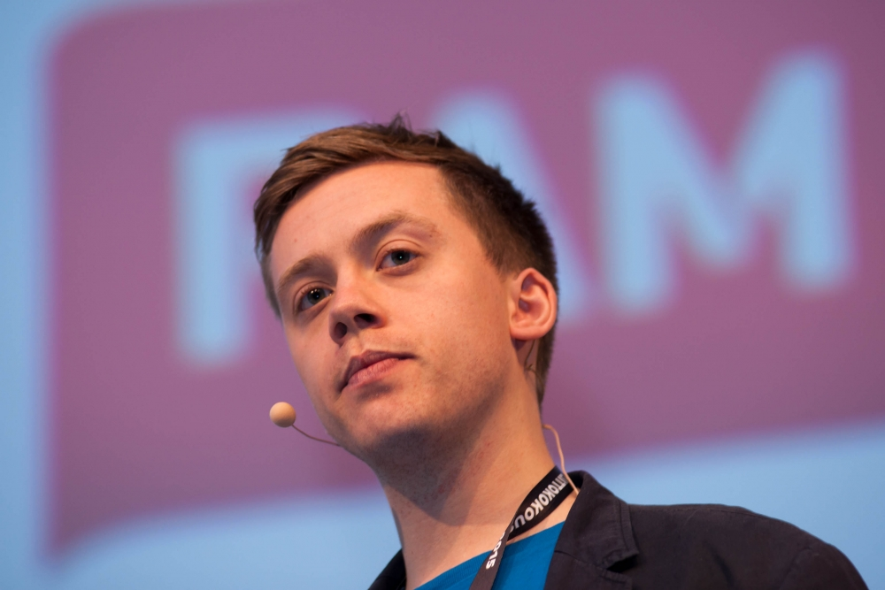 Nuori ja kiihkeä Owen Jones puhui tiukkoja sanoja ay-liikkeen vastuusta ja kyvystä herättää toivoa ihmisissä. Kuva: Tero Leponiemi