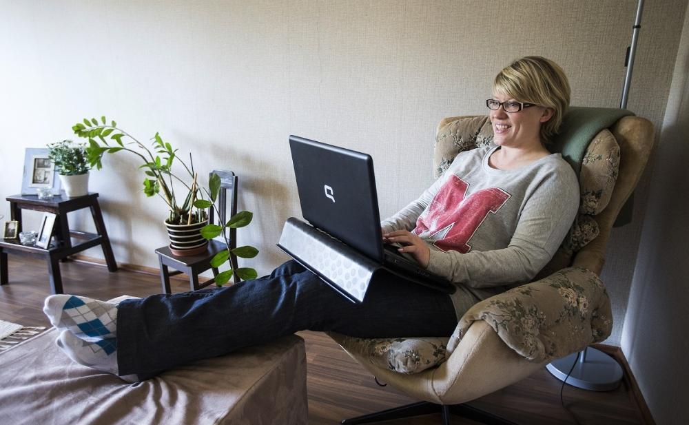 Anne Bergström rentoutuu kotonaan laskettelukauden ja golfkauden välissä. Kuva: Pentti Vänskä