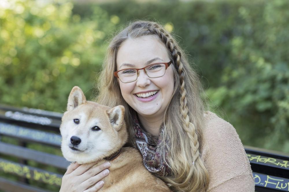 Vapaa-ajallaan Anna Päkki lenkkeilee japanilaisten pystykorviensa kanssa. Kitsune-koiran nimi tarkoittaa kettua. Kuva Heli Sorjonen