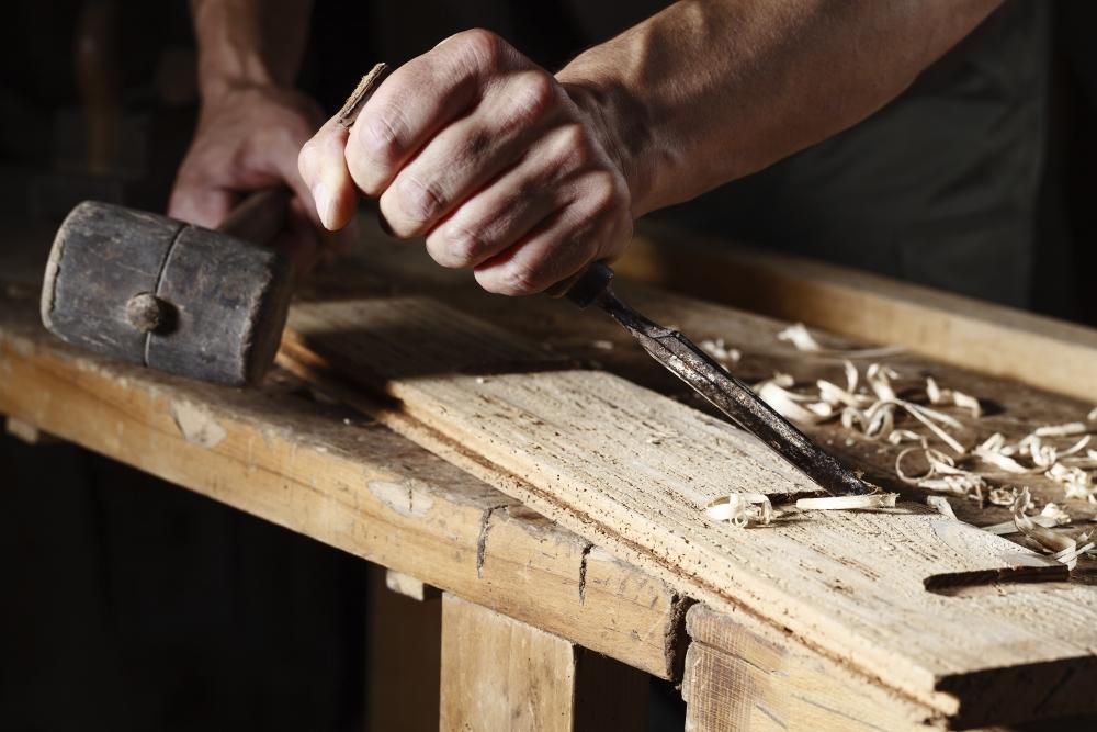 Työnantaja jätti puusepän määräaikaisuuden uusimatta, kun tuli talousongelmia. Käräjäoikeuden mielestä se oli irtisanominen. Kuva: iStockphoto