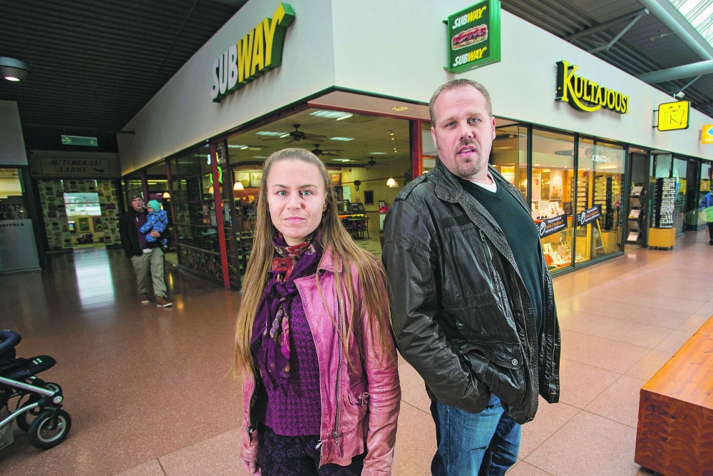 Nina Nores-Syvänen  ja Tero Tikka sanovat, että työkulttuuri ei saa murentaa nuorten itsetuntoa näiden kenties ensimmäisessä työpaikassa. Kuva: Pekka Sipola