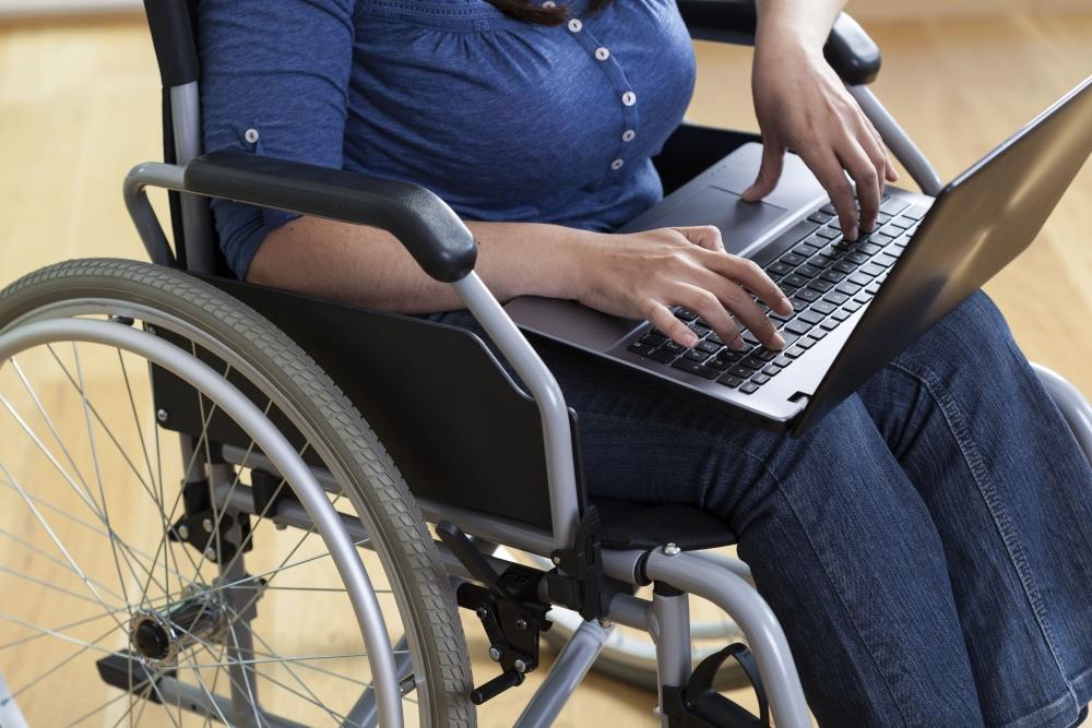 Vammaisia ihmisiä on Suomessa vähemmän työelämässä kuin muualla. Töiden ja työolojen mukauttaminen on usein vain tahdosta kiinni. Kuva: iStockphoto