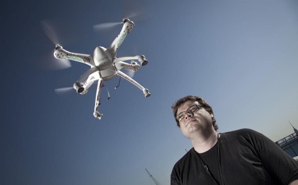 Markus Lilja lennätti Walkeraa Verkkiksen parvekkella. Kuva: Lassi Kaaria