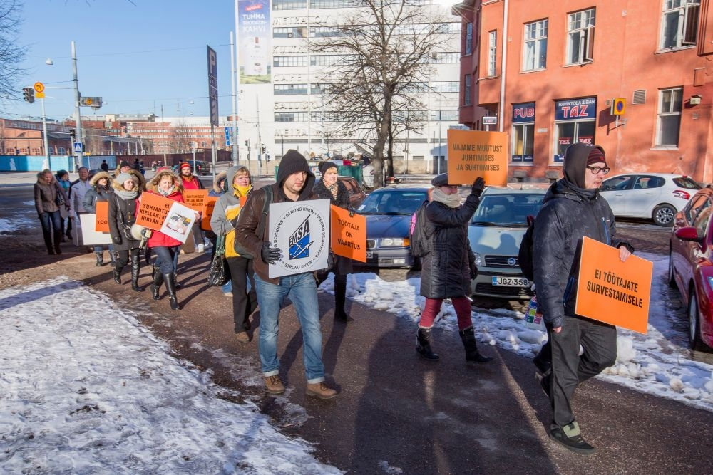 Virolaiset työntekijät marssivat SOK:n pääkonttorin eteen maaliskuun alussa osoittamaaan mieltään. Tuolloin erimielisyyksien takia keskeytyneet neuvottelut on nyt saatettu maaliin. Kuva: Olli Häkämies