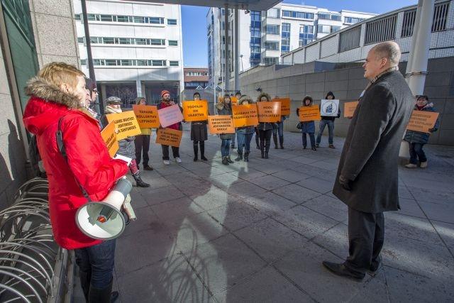 Sokotelin omistaman Viru-hotellin työntekijät osoittivat mieltään Helsingissä 29. helmikuuta. Sokotelin liiketoimintajohtaja Tomi Peitsalo (oik.) oli vastaamassa työntekijöiden kysymyksiin. Kuva: Olli Häkämies
