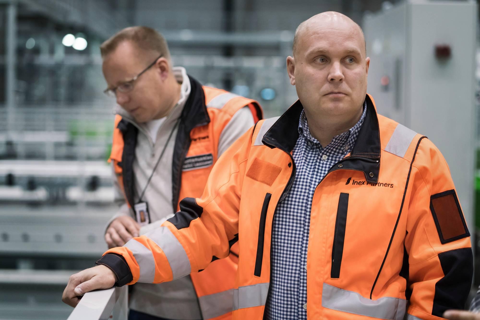 Luottamusmies Heikki Laakkonen ja tuotantojohtaja Tuukka Turunen ovat neuvotelleet muun muassa siitä, kuinka automaatiotyö näkyy työntekijän palkassa. Kuva: Jukka Rapo