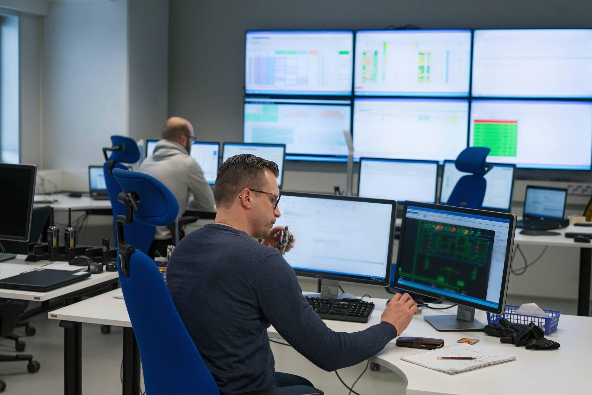 """Andreas Packalénin (vasemmalla) ja Matti Huopion työssä muuttui """"jokseenkin kaikki"""", kun he siirtyivät Kilon varastosta Sipoon keskuksen control centeriin. Kuva: Jukka Rapo"""